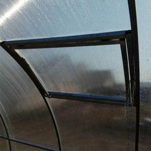 Дополнительная боковая форточка в теплице из поликарбоната
