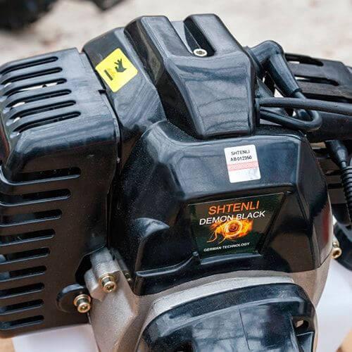 Акцизная марка на бензиновом двигателе триммера Штенли Демон Блэк ПРО С