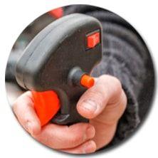 Удобный курок с фиксатором на рукоятке бензокосы